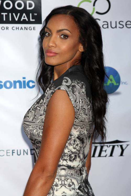 8 Long Black Hairstyle On The Crest Of Fashion Wave